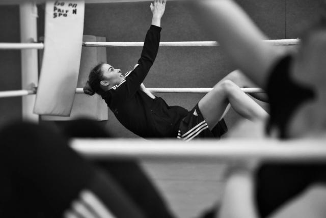 Стефани фон Берге выполняет комплекс упражнений