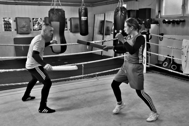 Виктория и Якоб Савацки во время тренировки на боксёрском ринге