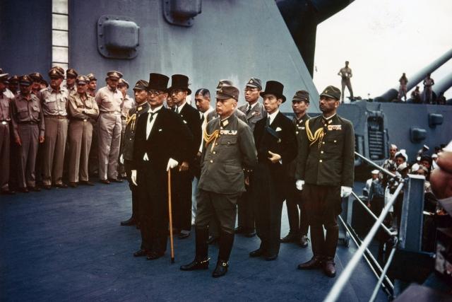 Представители Японской империи на борту линкора USS Missouri перед подписанием акта о капитуляции. 2 сентября 1945 года
