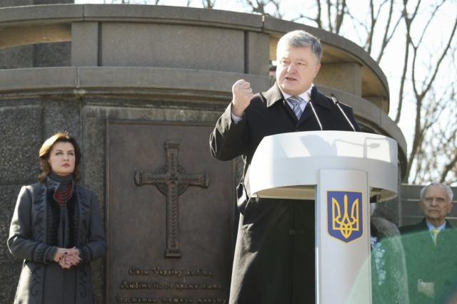 Петр Порошенко и его супруга у памятника Тарасу Шевченко