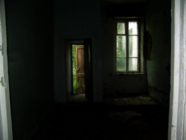 В здании бывшей школы села Лаврентьевка теперь царит запустение и полумрак