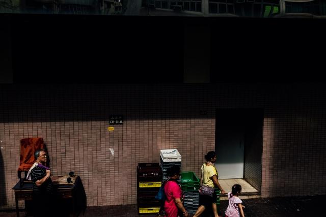 Пешеходы в одном из кварталов Kowloon