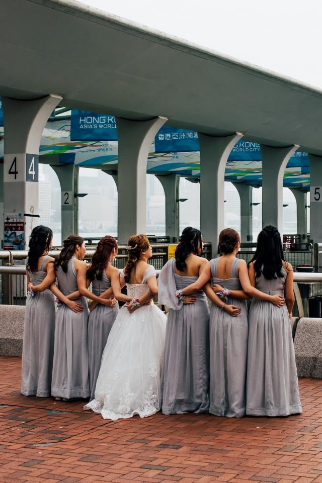 Невеста с подругами возле центрального паромного причала