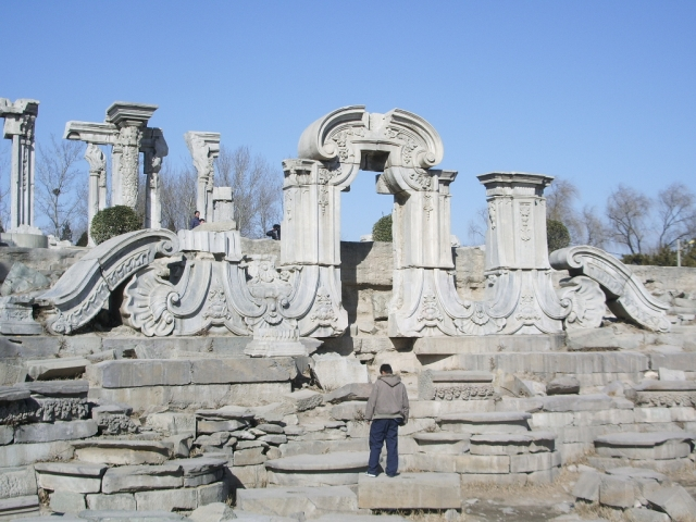 Руины разрушенного оккупантами дворца Юаньминъюань в Пекине