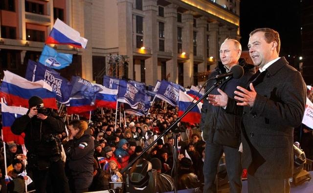 Дмитрий Медведев и Владимир Путин на митинге на Манежной площади. 2012