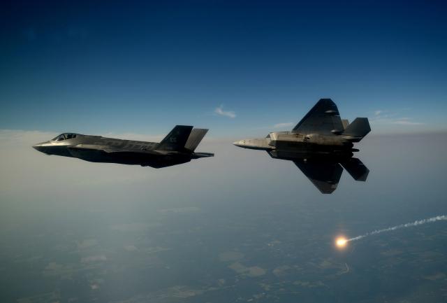 Истребители F-35 в полёте