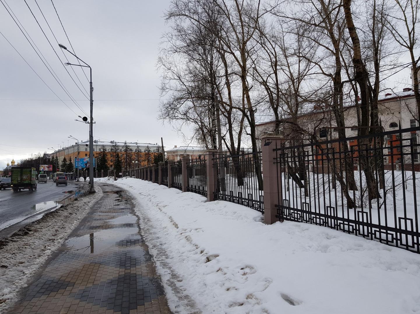 Ограда парка у Драмтеатра почти точно повторяет ход восточной стены деревянной крепости Архангельска с плана XVIII века