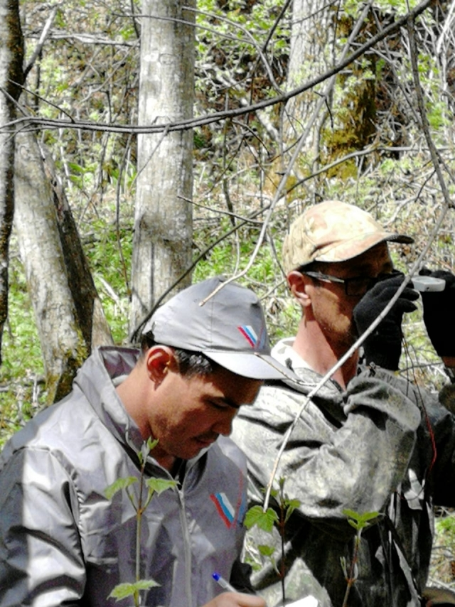 Сергей Сусликов с коллегой в рейде по тайге