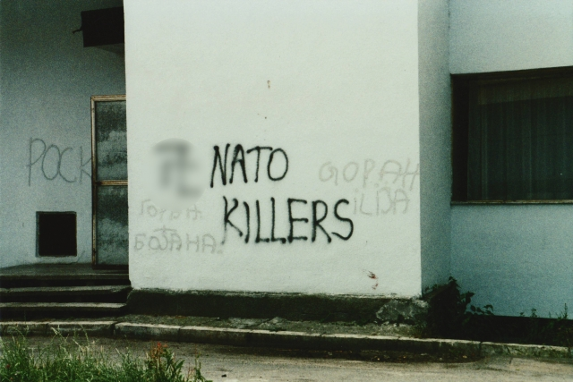 Надпись на стене «НАТО — убийцы»