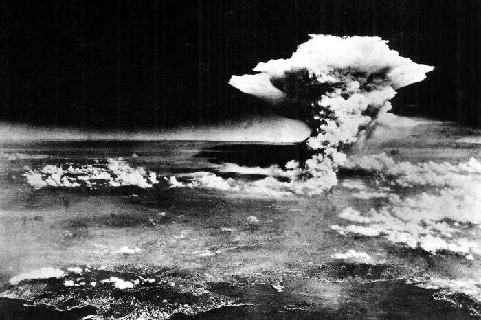 Атомный гриб от взрыва бомбы над Хиросимой