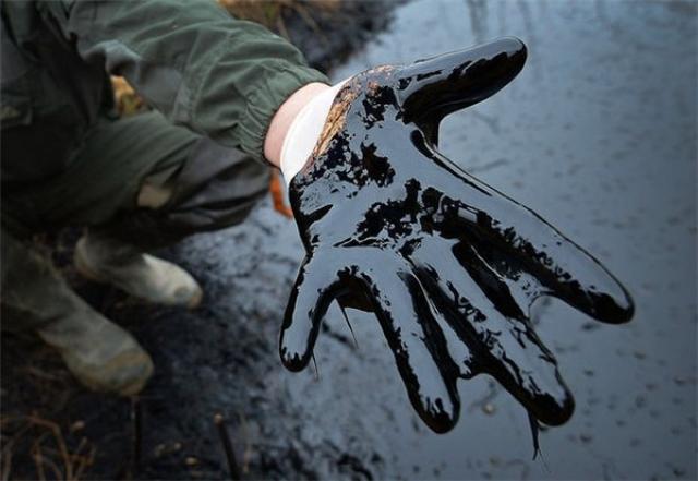 Рука в нефти
