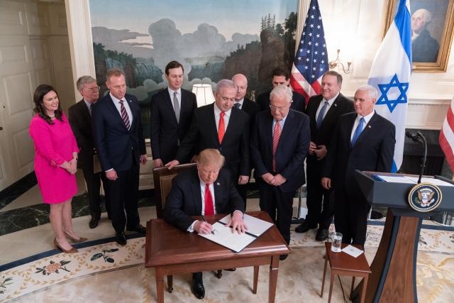 Дональд Трамп, к которому присоединились вице-президент Майк Пенс и премьер-министр Израиля Биньямин Нетаньяху, подписывает декларацию, официально признающую суверенитет Израиля над Голанскими высотами