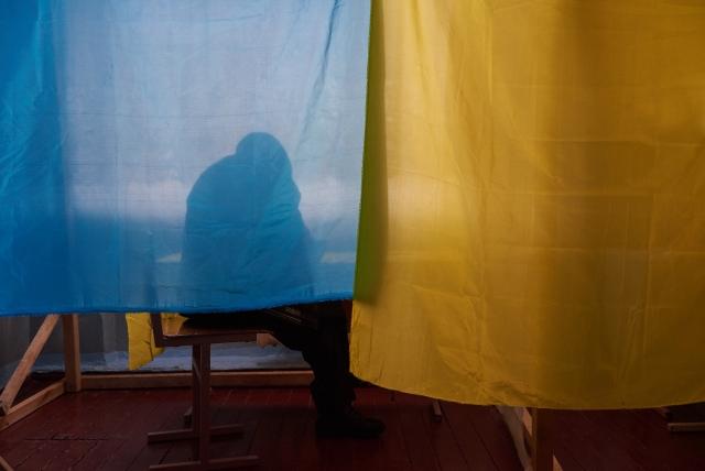 В кабинке для голосования. Выборы на Украине