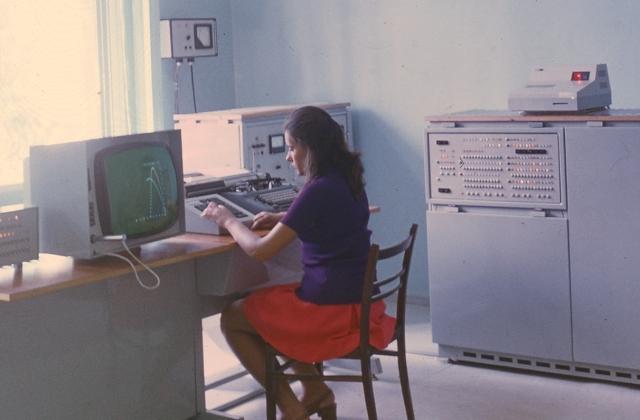 СССР, 1969 год. Первый в мире персональный компьютер «МИР-2» (машина для инженерных расчетов) с дисплеем, клавиатурой и графическим пером
