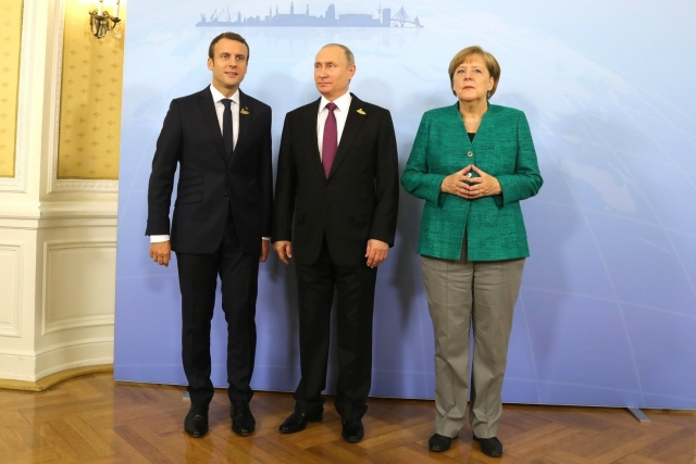 Президент России Владимир Путин с федеральным канцлером Германии Ангелой Меркель и президентом Франции Эммануэлем Макроном