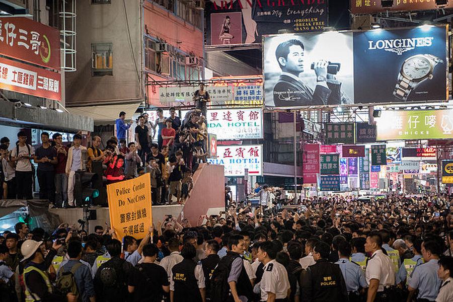 Демонстранты и полиция в Гонконге