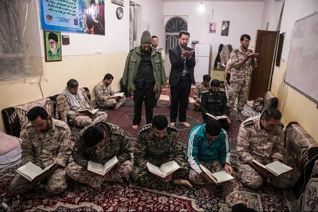 Бойцы КСИР во время молитвы