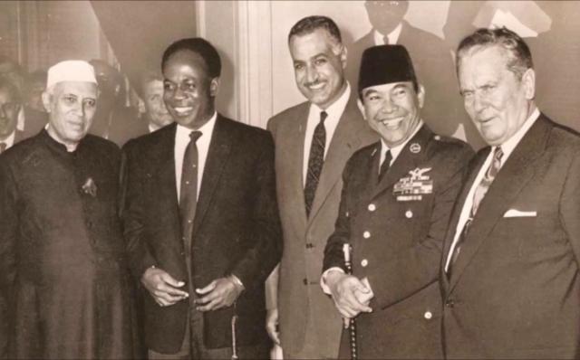 Бандунг, 1955 год, слева направо: Джавахарлал Неру (Индия), Кваме Нкрума (Гана), Гамаль Абдель Насер (Египет), Сукарно (Индонезия), Иосип Броз Тито (Югославия)