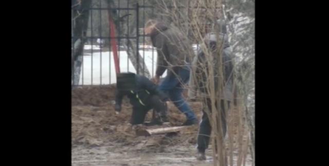 В Малоярославце ребёнка засосало в грязевое болото посреди улицы
