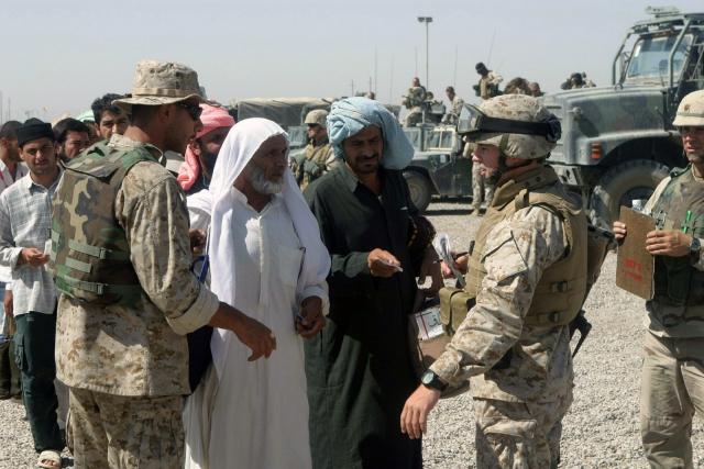 Американские солдаты общаются с иракцами