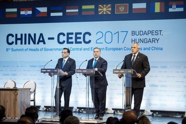 Премьер-министр Китая Ли Кэцян, премьер-министр Венгрии Виктор Орбан и премьер-министр Болгарии Бойко Борисов на саммите в Будапеште. 2017