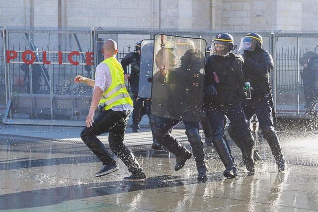 Полиция и протестующий