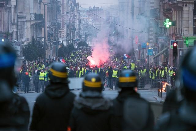 Французская полиция перед протестующими