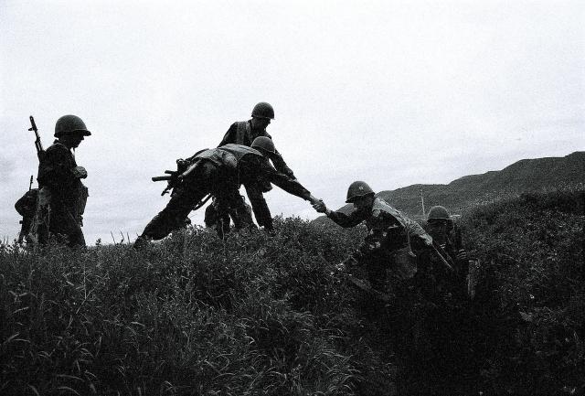 Солдаты армии Нагорного Карабаха в окопах на линии соприкосновения