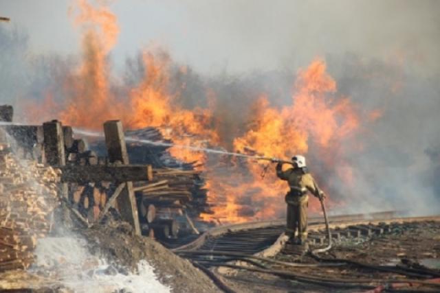 Страшный пожар на складе пиломатериалов в Хабаровске тушили 12 часов