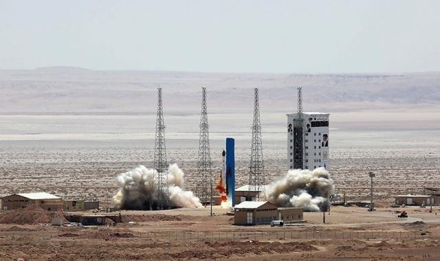 Запуск космической ракеты с иранского космодрома