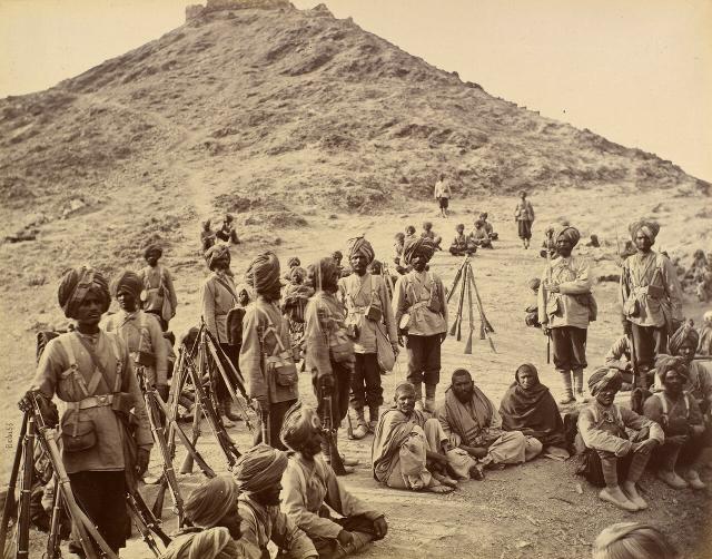 Афганские пленные в сопровождении 45-сикхов полка