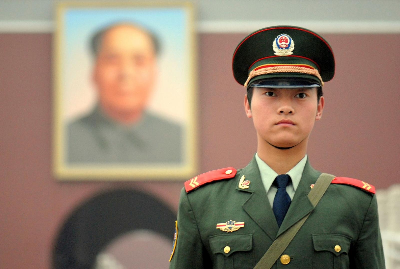 Китайская Народная вооруженная полиция  перед портретом Мао Цзэдуна