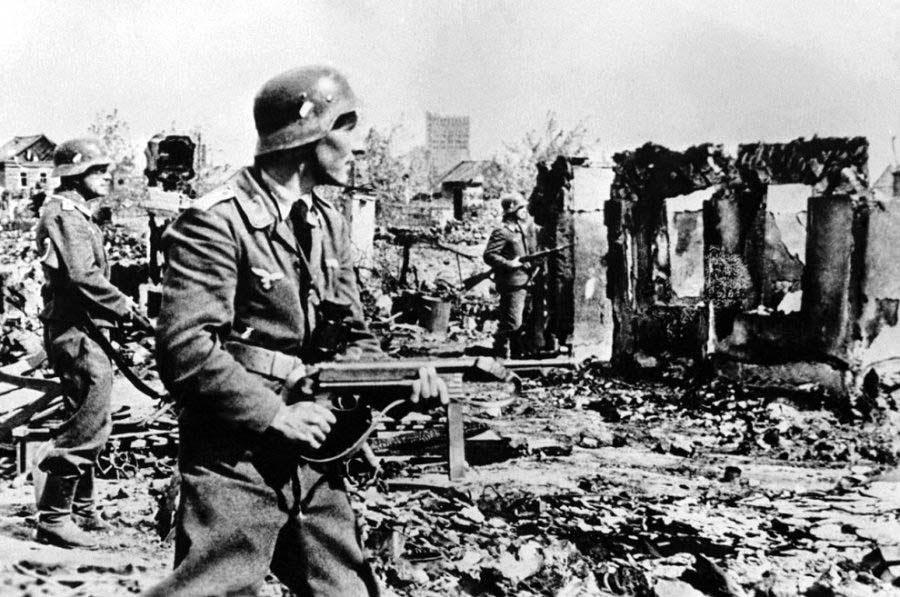 Фашисткие захватчики и соженная деревня