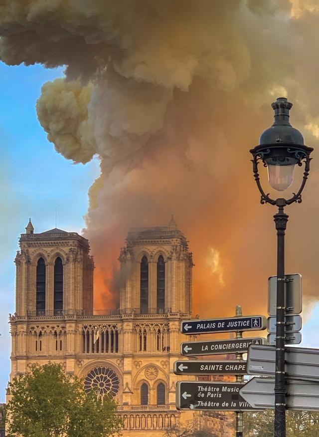 Зачем в Париже сожгли собор?