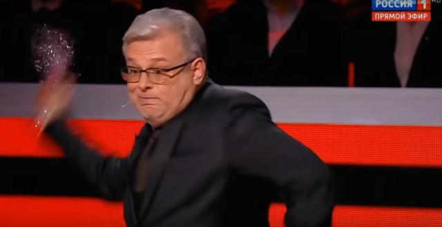 Цитата из видео «Дмитрий Куликов бросил в Якуба Корейбу стакан»