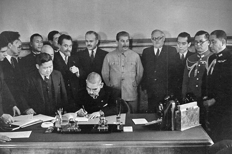 Ёсукэ Мацуока в присутствии Иосифа Сталина, Вячеслава Молотова и Андрея Вышинского подписывает советско-японский пакт о нейтралитете (Москва, апрель 1941 г.)