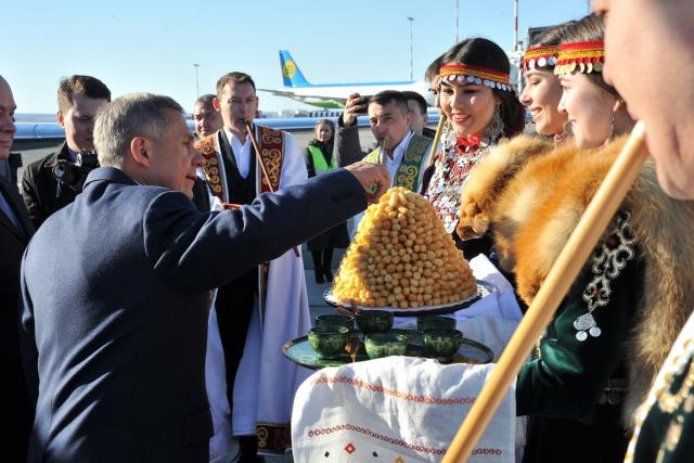 Рустама Минниханова встречают в аэропорту Уфы