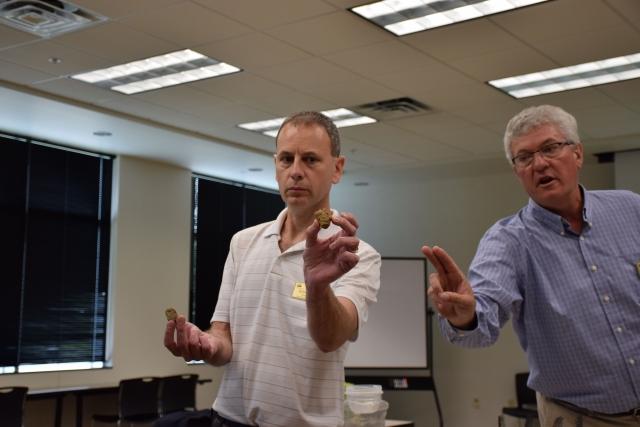 Сотрудники Министерства сельского хозяйства США Барри Фишер и Шэннон Зезуля рассказывают о роли покровных культур в улучшении структуры и предотвращении водной эрозии почвы