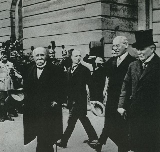 Подписавшиеся стороны Версальского мира. Ж. Клемансо, В. Вильсон, Д. Ллойд Джордж. Париж, 1919 год