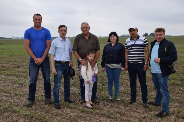 Группа из Казахстана с фермером Джо Гудом из Иллинойса и членами его семьи
