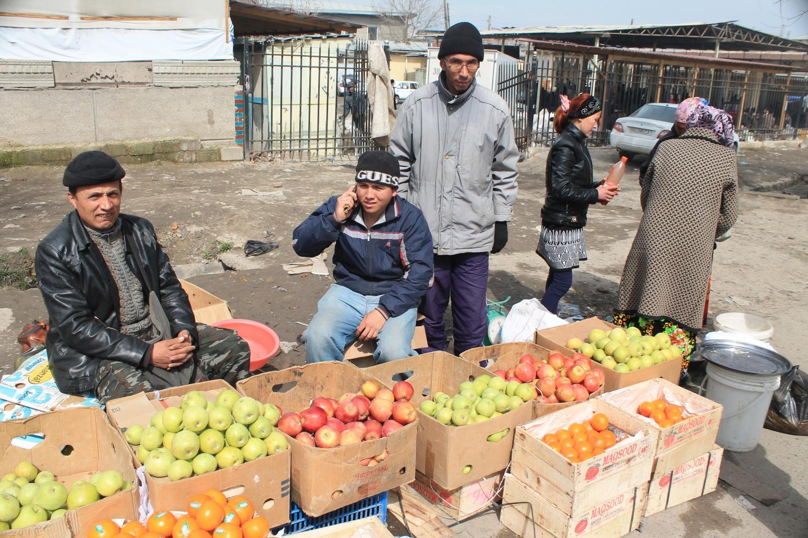 Продавцы яблок в Узбекистане