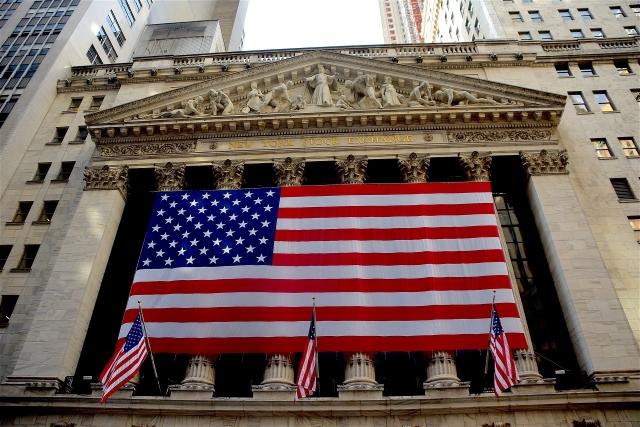Уолл-стрит: Dow Jones вышел в плюс, Nasdaq — в серьёзном минусе