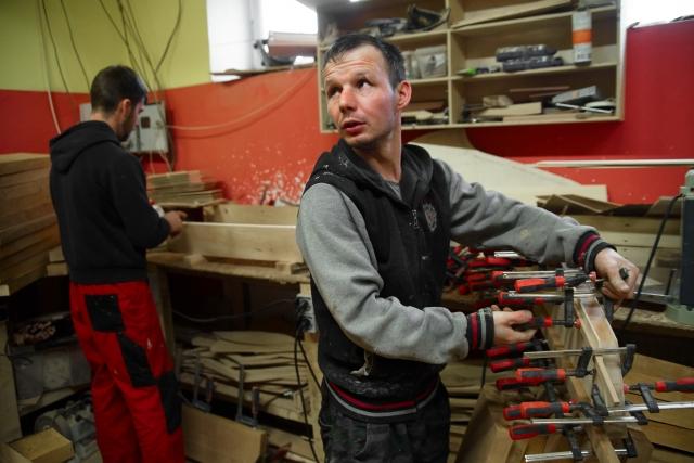 В основном здесь трудятся местные жители – бывшие сварщики и плотники