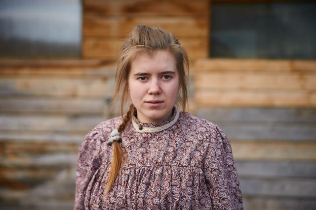 Юля, работает на мануфактуре кладовщицей и мечтает поступить в художественное училище