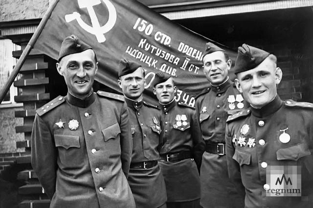 Участники штурма Рейхстага (слева направо): К.Я. Самсонов, М.В. Кантария, М.А. Егоров, И.Я. Сьянов, С.А. Неустроев у Знамени Победы. Май 1945 года
