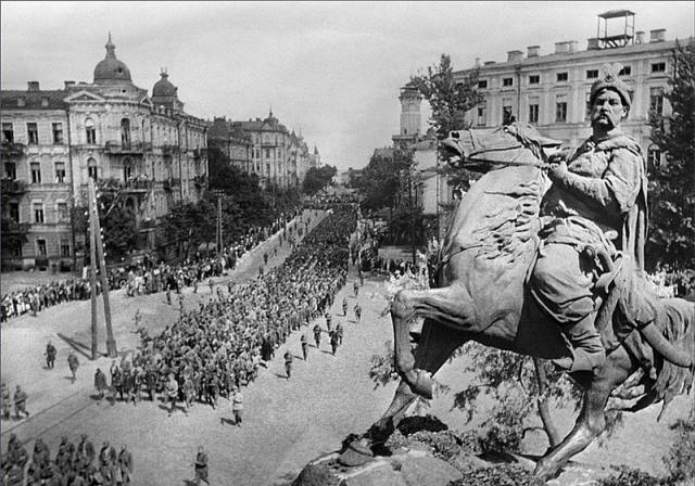 Немецкие военнопленные проходят мимо памятника Богдану Хмельницкому. Киев. 1944