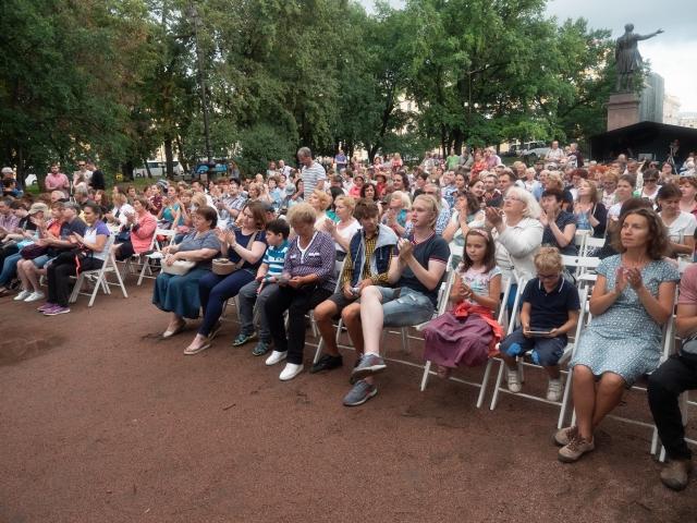 В садах и парках Санкт-Петербурга зазвучала живая музыка