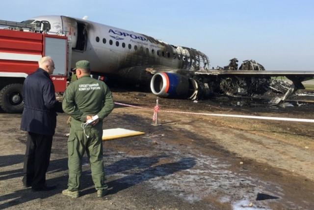 Сотрудники следственного комитета на месте жесткой посадки самолета SSJ-100 в аэропорту «Шереметьево»