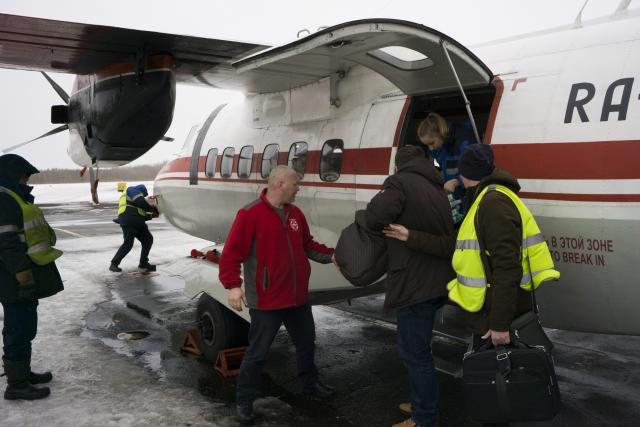 Бригада готовится переместить детей из самолета в кареты скорой помощи. Задача медиков — оказывать помощь пациентам не только на борту, но и в машине, доставить их в реанимацию областной больницы и передать с рук на руки врачам