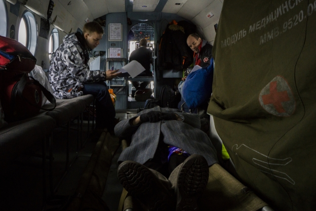 Во время полета сотрудники бригады должны не только наблюдать пациентов, но и заполнять документы. Бумажная работа занимает много времени